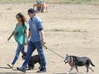 Grávida, Mila Kunis passeia com Ashton Kutcher em parque