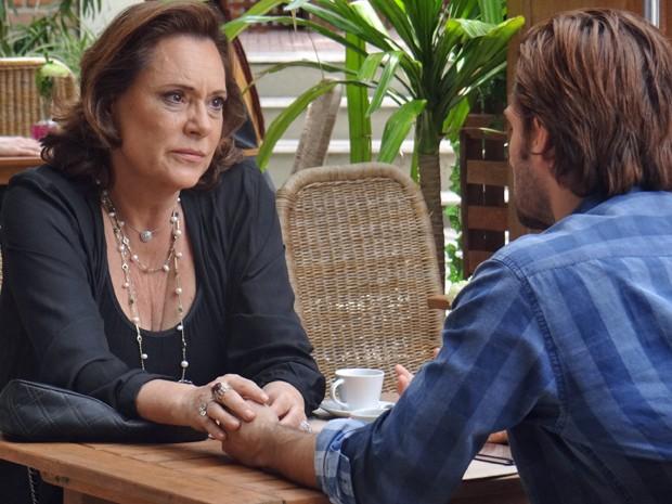 Tina resolve tirar o peso da consciência e contar tudo para Nicolas (Foto: Gabriela Duarte/Gshow)