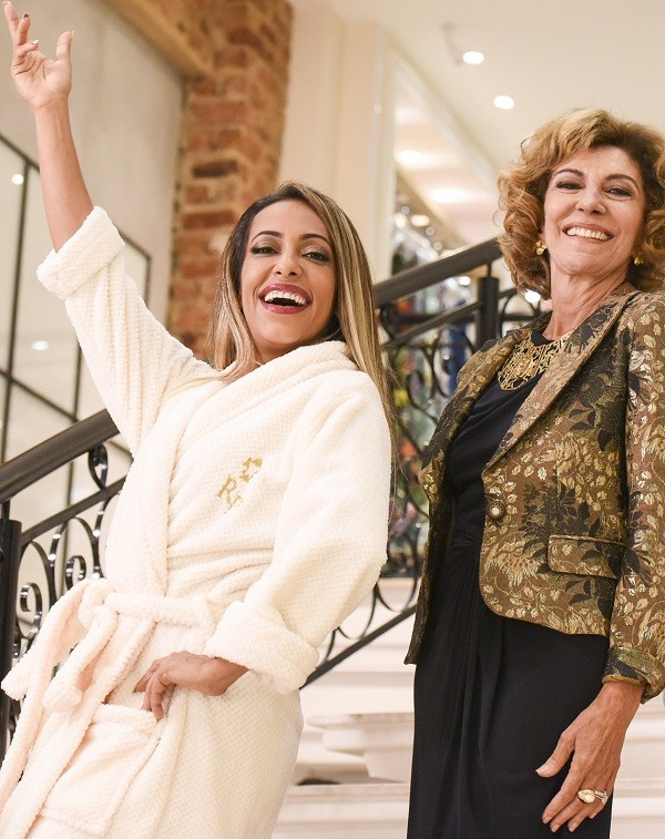 Samantha Schmütz faz graça ao lado de Marília Pêra no set de Tô ryca, filmado em 2015 (Foto: Páprica Fotografia)