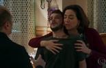 Francesca e Rodrigo tentam acalmar Giovanni
