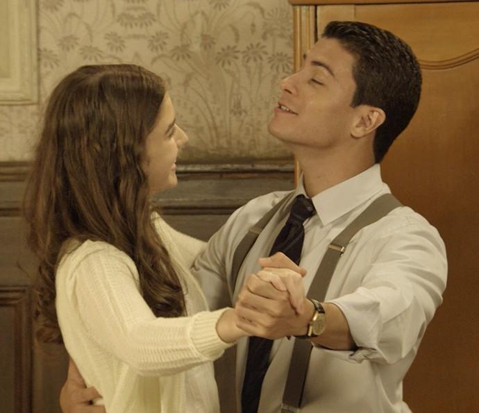 Gerusa e Osório dançam valsa no quarto (Foto: TV Globo)