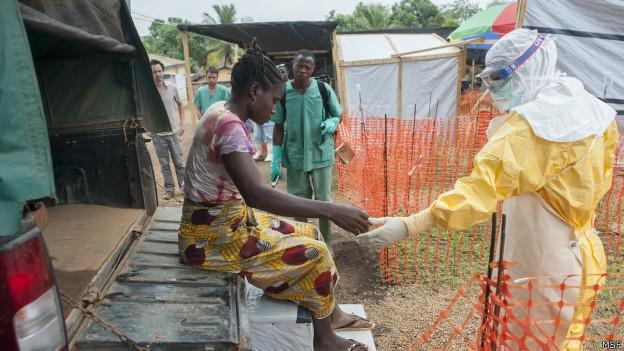 Equipamento de proteção é tão quente que médicos aguentam ficar com ele por cerca de 40 minuto (Foto: MSF/BBC)