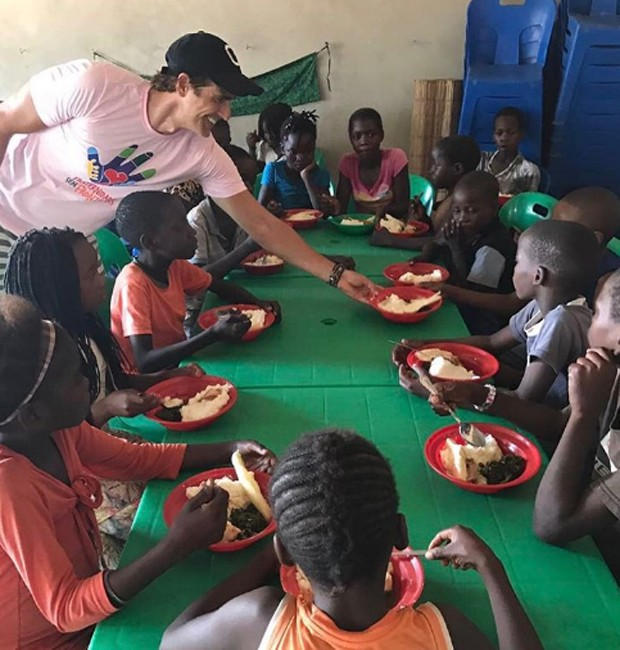 Gianecchini serve almoço a crianças carentes em Moçambique (Foto: Reprodução/Instagram)