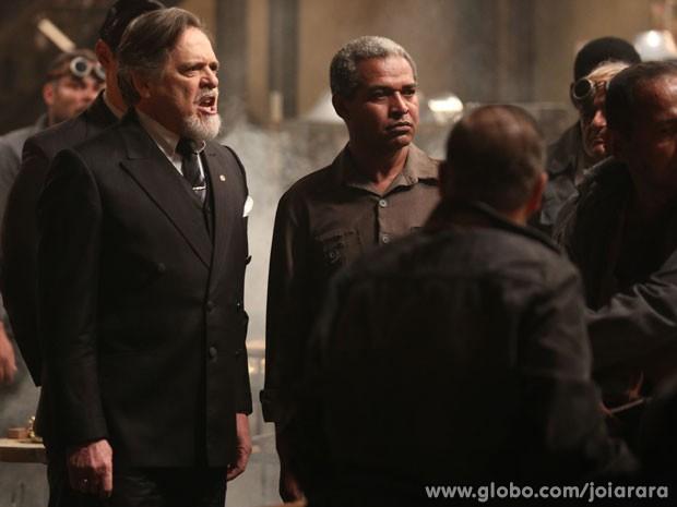 Ernest chega no meio de confusão na fábrica e pune os operários (Foto: Joia Rara/ TV Globo)
