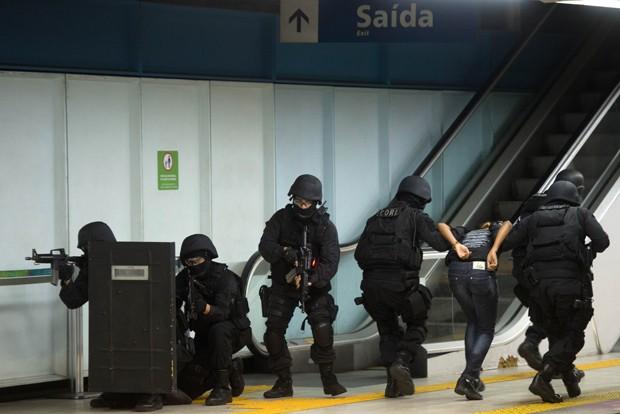 Policiais resgatam 'refém' durante simulação (Foto: Christophe Simon/AFP)