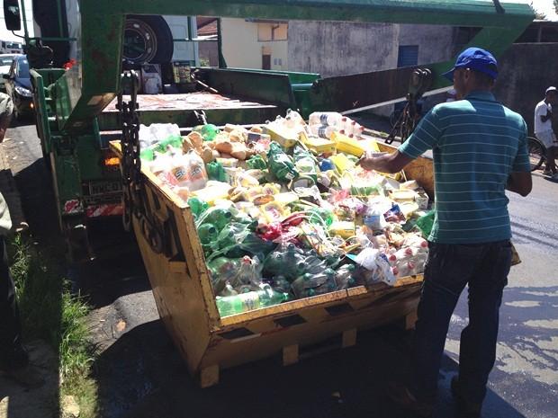 Produtos lotaram um caçamba e foram descartados no aterro sanitário em Botucatu (Foto: André Godinho/TV TEM)
