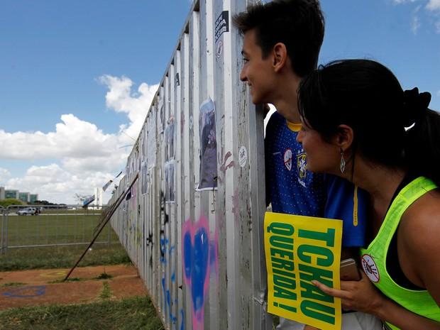 Manifestantes pró impeachment observam o outro lado do muro que divide os dois grupos em Brasília (Foto: Beto Barata/AFP)