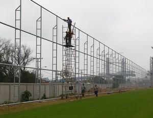 Colocação do alambrado no entorno dos gramados do CT da Arena (Foto: Lucas Uebel/Grêmio FBPA)
