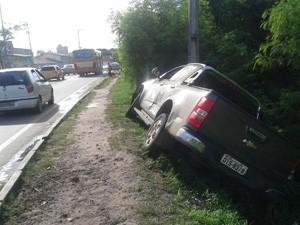 Carro ameaça cair no Rio das Bicas (Foto: Douglas Pinto/TV Mirante)