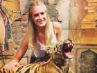 Fiorella Mattheis posa com tigre durante lua de mel