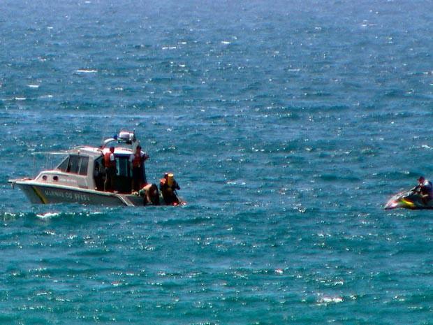 Marinha iniciou retirada de destroços do mar na Barra (Foto: Reprodução/TV Bahia)