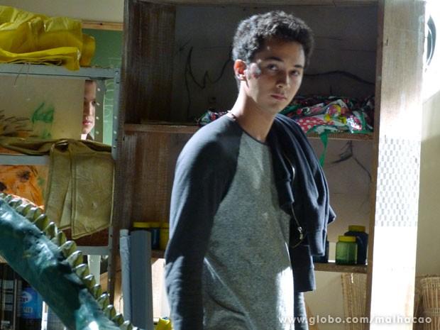 Ben não percebe a presença de Antônio por ali (Foto: Malhação / TV Globo)