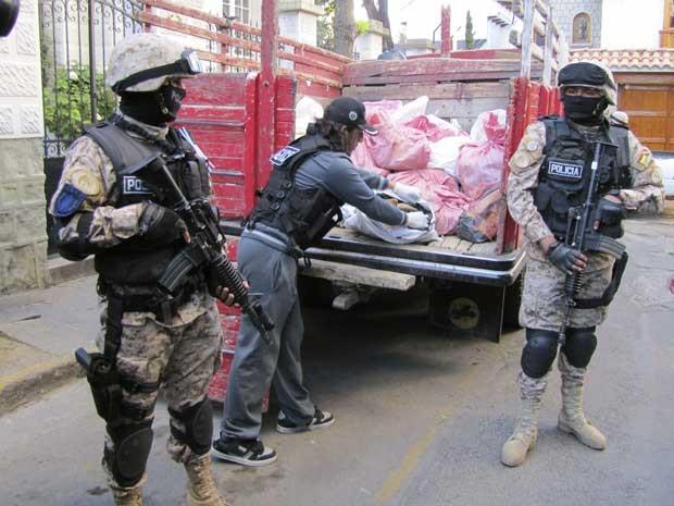 Policiais guardam caminhão que o governo usou para retirar urânio do Centro da capital boliviana. (Foto: Reuters)