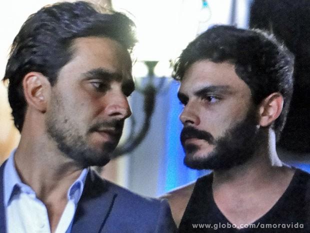 Maciel ajuda a patroa ao colocar Jacques para fora da mansão (Foto: Amor à Vida / TV Globo)