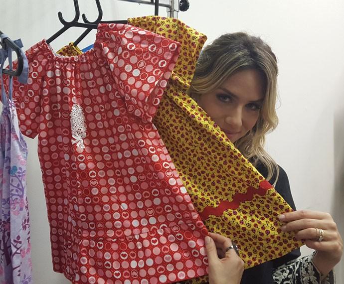 Giovanna Ewban invade figurino da TV Globo e confecciona vestido (Foto: Rogério Zaidem/ Gshow)