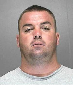 Jordan Caraway deixou o filho em caminhonete para beber em club de strip tease (Foto: Divulgação/Voluisa County Jail)