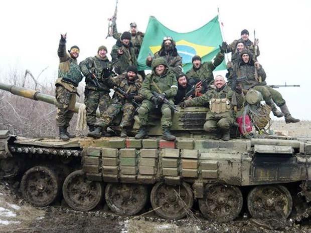 Rafael (acima à esquerda) segura bandeira brasileira ao lado de combatentes no leste da Ucrânia (Foto: Reprodução/ Facebook/ Rafael Lusvarghi)