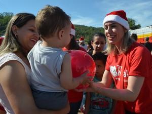Crianças trocam tickets por brinquedos (Foto: Prefeitura de Siderópolis/Divulgação)