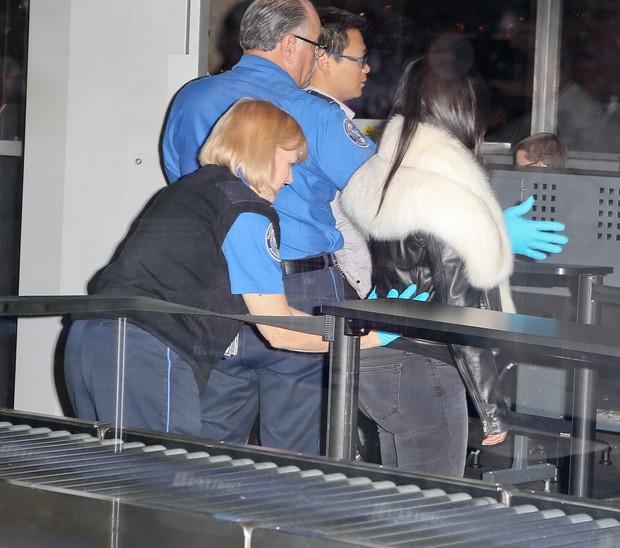 X17 - Kim Kardashian é revistada em aeroporto de Los Angeles, nos Estados Unidos (Foto: X17online/ Agência)