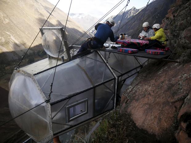Hóspedes tomam café da manhã do lado de fora de uma cabine do Skylodge Adventure Suites, no Vale Sagrado, em Cusco, no Peru, em 14 de agosto (Foto: Reuters/Pilar Olivares)