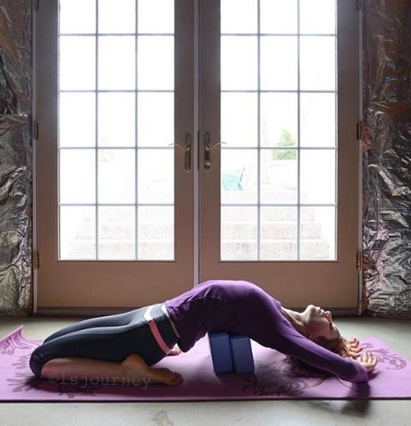 Lindsay costuma postar várias fotos no Instagram. Aqui, ela pratica yoga (Foto: Reprodução/Instagram)