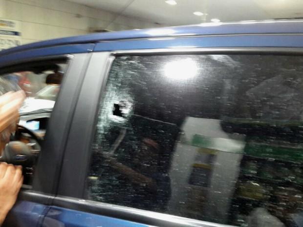 Bandidos atiraram quatro vezes contra o carro (Foto: Divulgação/PM)