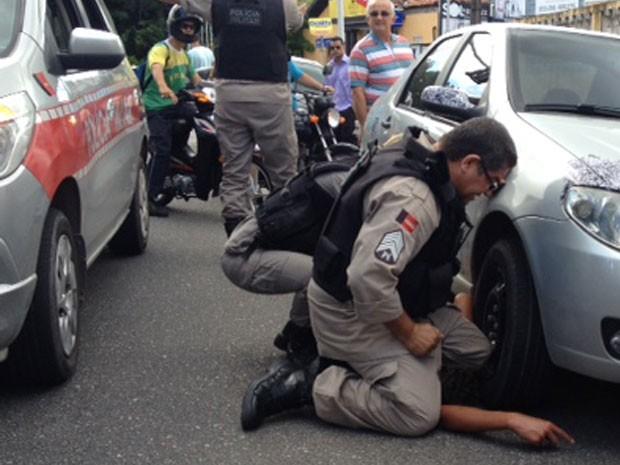 Polícia Militar apreende após perseguição adolescente suspeito de tentativa de assalto  (Foto: Ricardo Oliveira/G1)