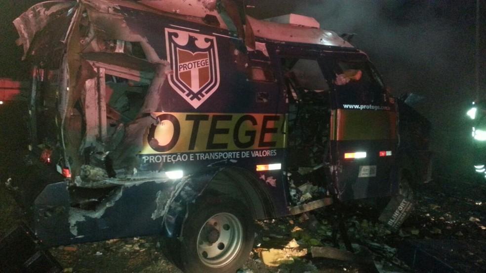 Carro-forte teve o cofre explodido pelos criminosos (Foto: G1 Santos)