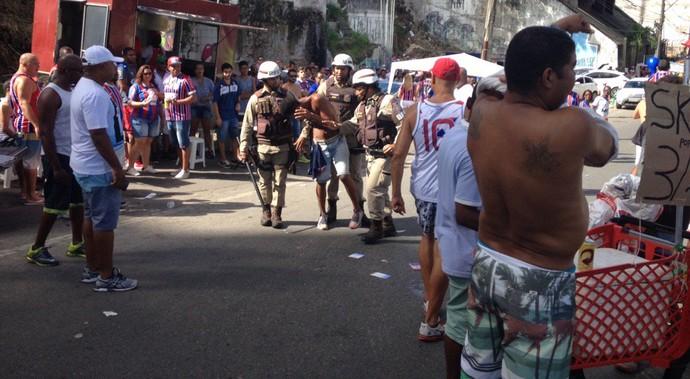 Ba-Vi; Ladeira da fonte; fonte nova; policia militar; confusão; pm; bahia; vitória (Foto: Ruan Melo)