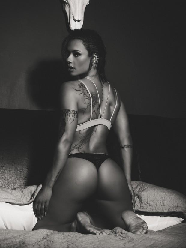 Sue Lasmar de lingerie (Foto: Mike Ohrangutang/Divulgação)