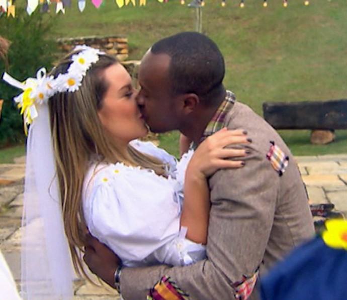Fernanda e Thiaguinho 'casam' na roça (Foto: TV Globo)