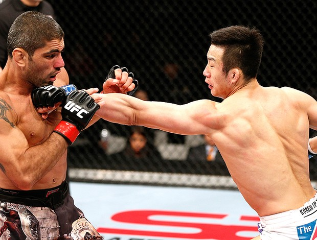 Marcelo Guimarães na luta do UFC contra Hyun Gyu Lim (Foto: Getty Images)
