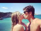 Yasmin Brunet curte viagem romântica e posta foto de beijo