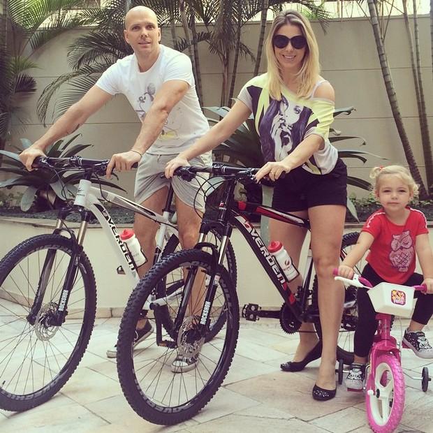 Sheila Mello e Fernando Scherer com a filha, Brenda (Foto: Instagram/ Reprodução)