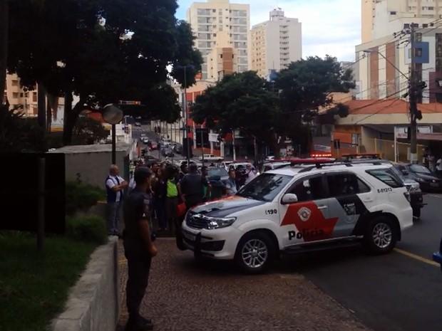 Policiais militares de Campinas entram dentro da garagem da Prefeitura da cidade (Foto: Reprodução EPTV)