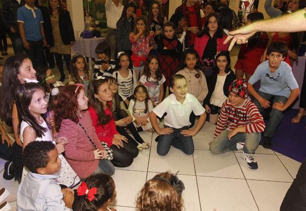 Crianças do elenco e fãs acompanham festa de Dia das Crianças  (Foto: Léo Franco/AgNews)