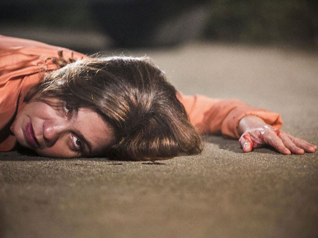 Inês leva tiro de Beatriz, mas resiste (Foto: Raphael Dias/Gshow)