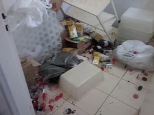 Medicamentos ficaram espalhados pelo chão (Foto: Elisângela Marques/G1)