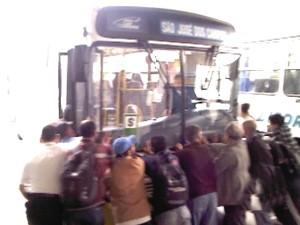 Moradores empurram veículo em Paraibuna. (Foto: Reprodução/TV Vanguarda)