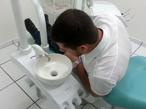 Sensores de acionamento automático em cadeira poupam até 95% de água em rede de consultório de dentistas