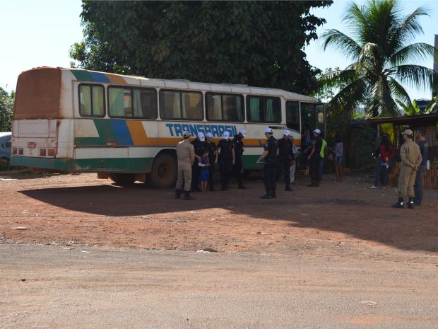 Polícia retirou de circulação ônibus que não estavam de acordo com as leis de trânsito exigidas (Foto: Magda Oliveira/G1)