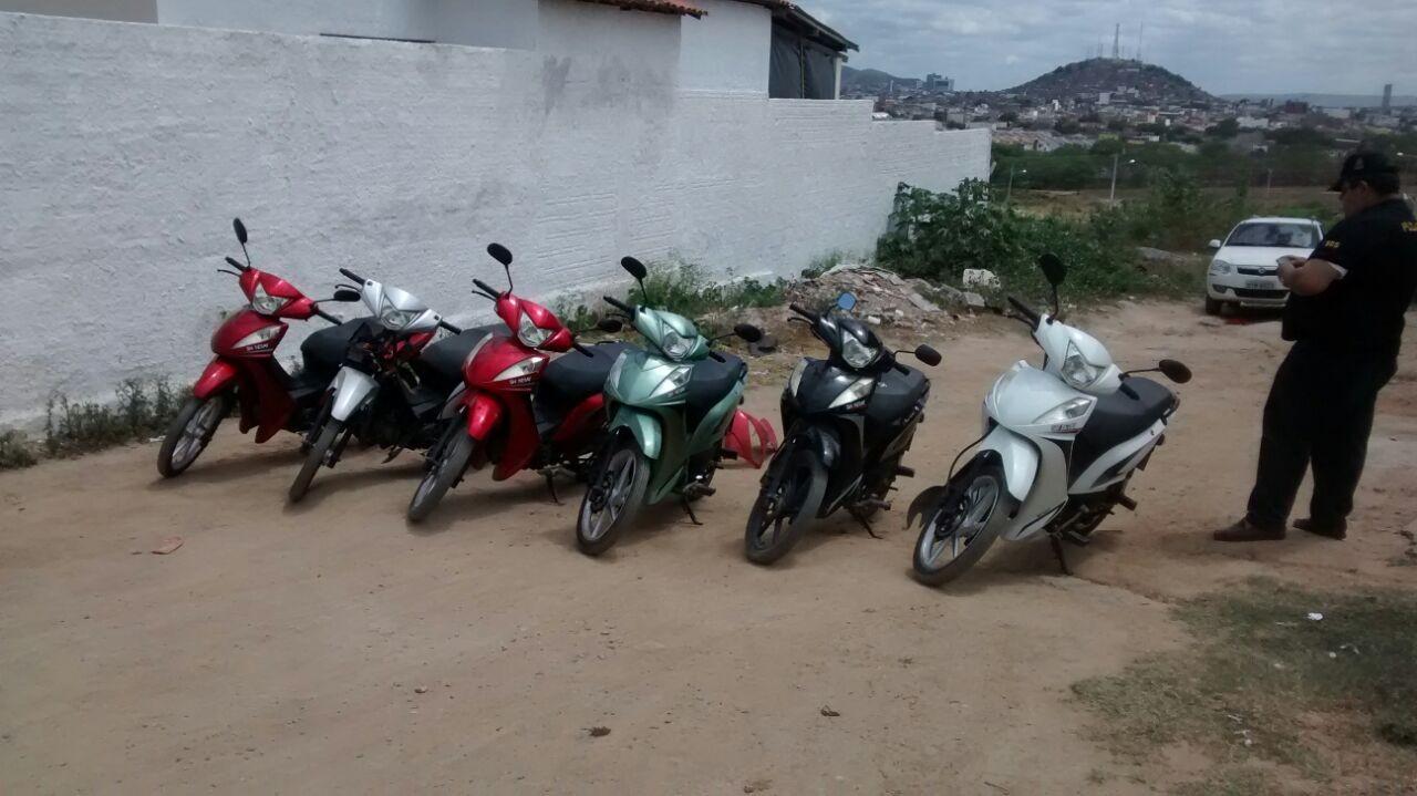 Motocicletas encontradas em uma vila de Caruaru, Pernambuco (Foto: Divulgação/ Polícia Militar)