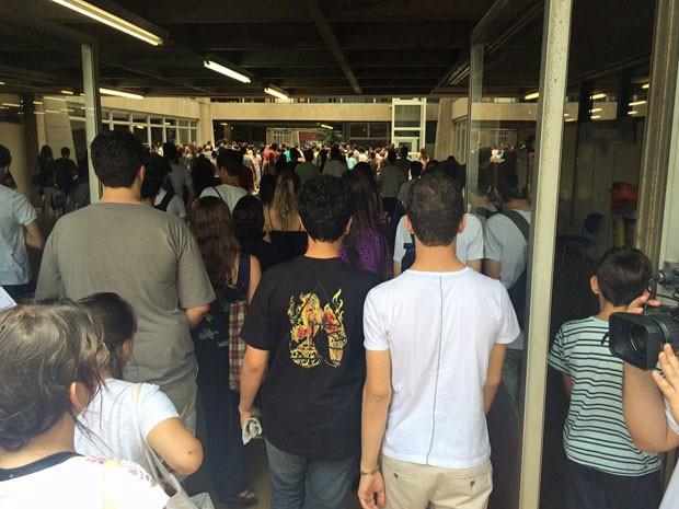 Candidatos começam a entrar para as provas na Poli (Foto: Cauê Fabiano/ G1)