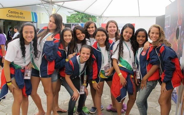 Meninas pernambucanas posam para foto no centro de convivência  (Foto: Carol Fontes/Globoesporte.com)