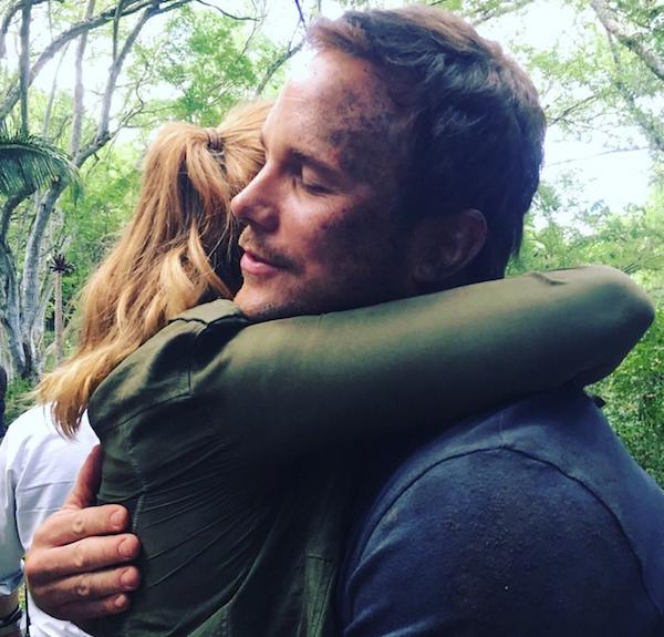 A atriz Bryce Dallas Howard e o ator Chris Pratt abraçados no set de Jurassic World 2 (Foto: Twitter)