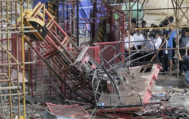 Destroços de elevador que despencou em obra na cidade chinesa de Wuhan nesta quinta-feira (13) (Foto: Reuters)
