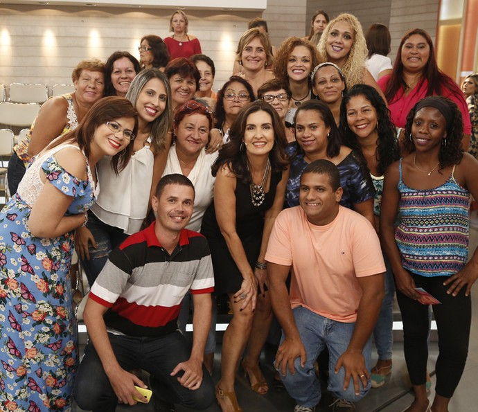 Fátima sempre posa para fotos com os participantes da plateia do programa (Foto: Raphael Dias/Gshow)