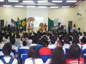Revista da Justiça é distribuidas para alunos de escola estadual de Petrolina (Foto: Luana Benardes / TV Grande Rio)