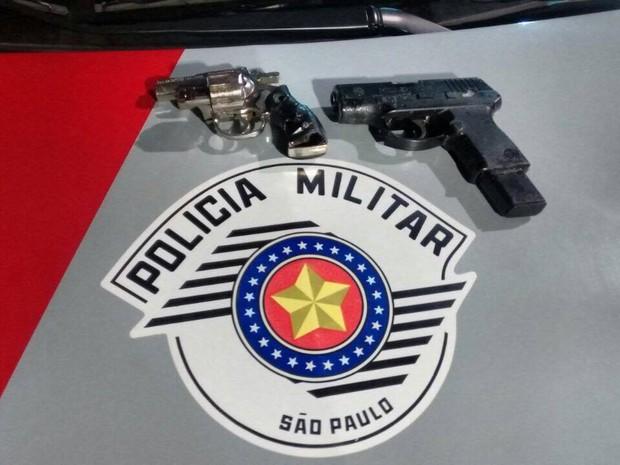 Quadrilha é presa com revólver calibre 22 e um simulacro de pistola (Foto: PM/ Divulgação )