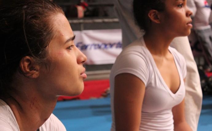 Lilian Lopes mostra machucado após estrangulamento de Sarah Menezes (Foto: Josiel Martins/GloboEsporte.com)